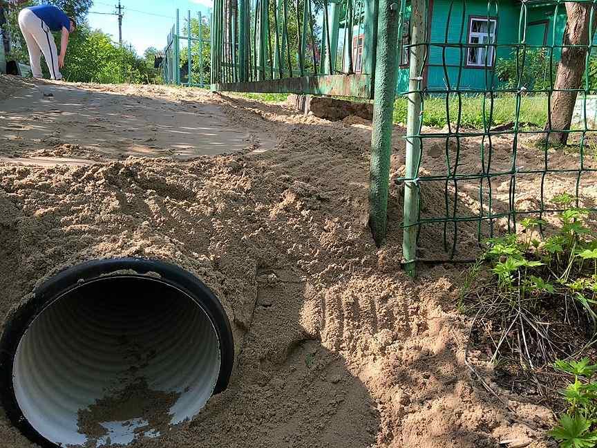 Соседи сливают канализацию на улицу: что делать