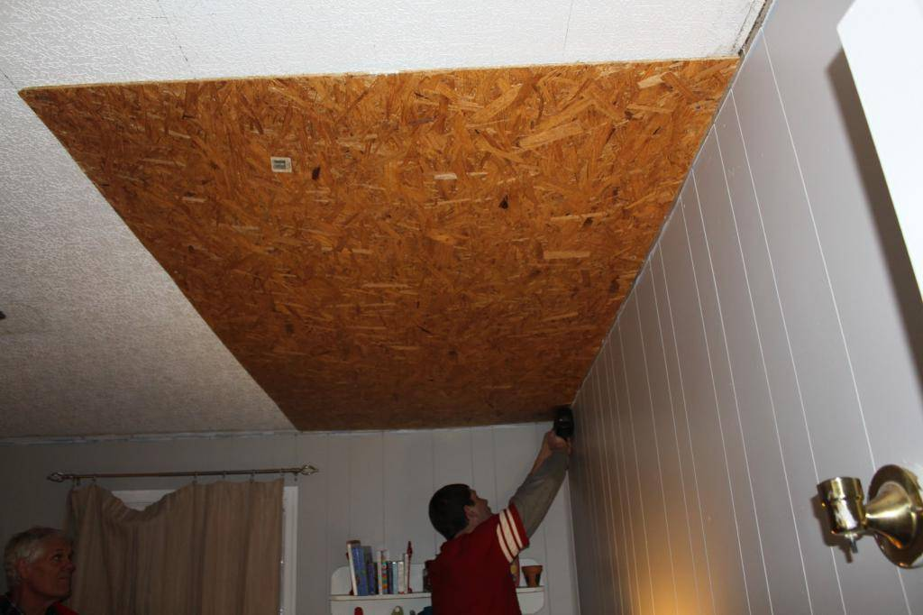 Чем приклеить потолочную плитку из пенопласта на побелку