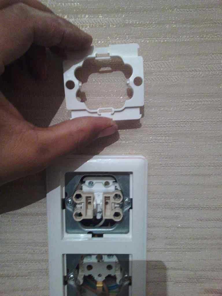 При включении света треск в выключателе. почему искрит розетка, выключатель: что делать