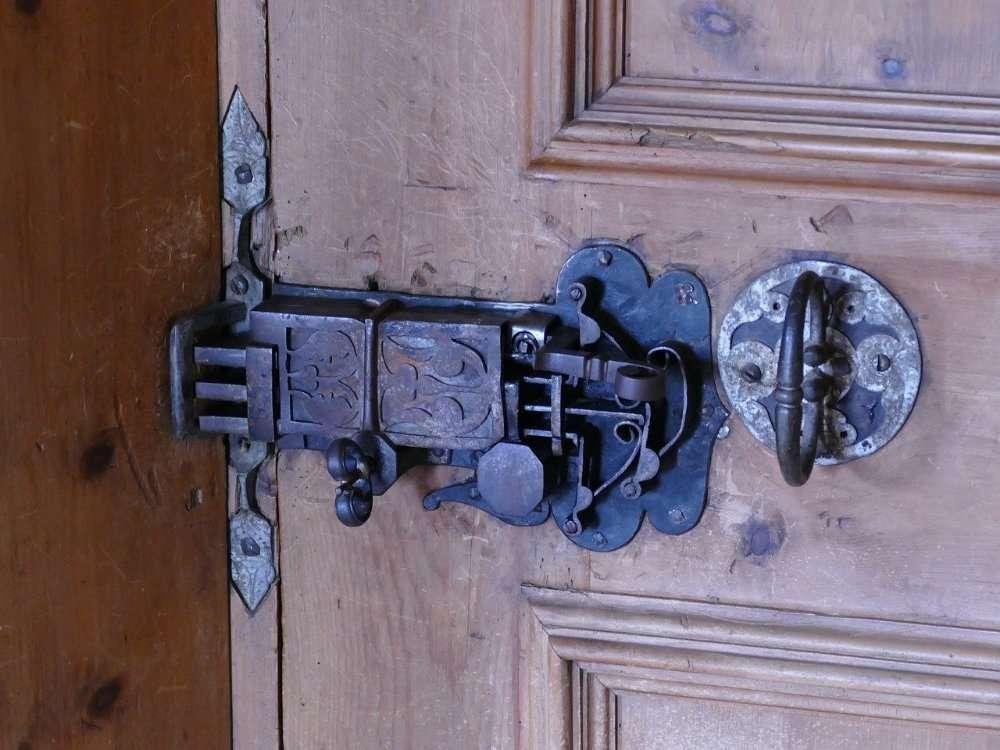 Как правильно выбрать надежный и недорогой замок для входной двери - практические советы