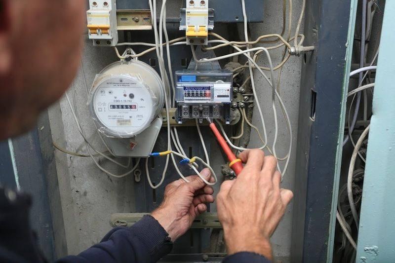 Кто и за чей счет должен устанавливать и менять счётчик электроэнергии на лестничной площадке или в квартире в 2018 году