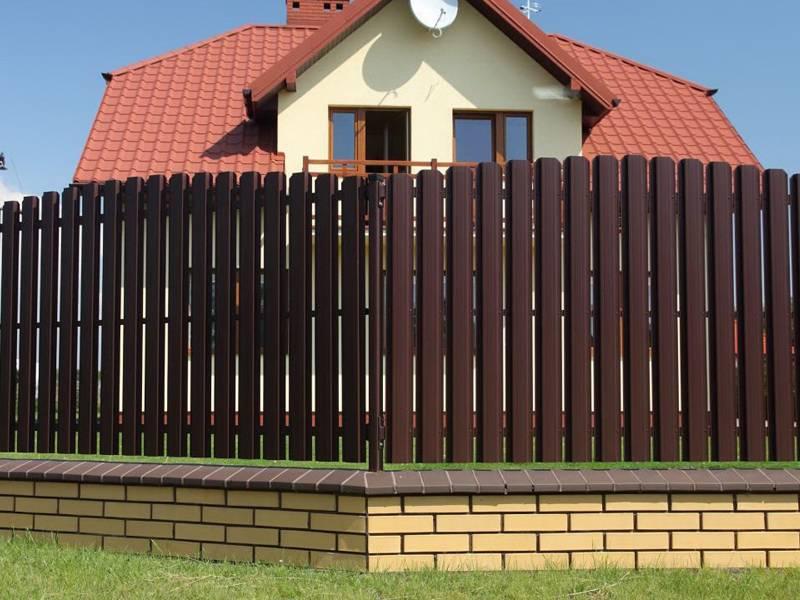 Как сделать забор из металлического евроштакетника своими руками