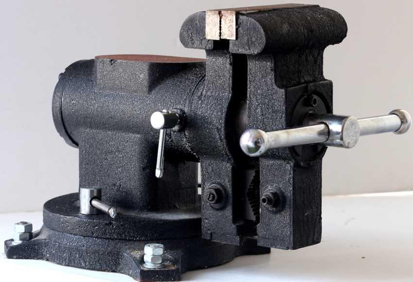 Станочные фрезерные тиски с поворотным механизмом