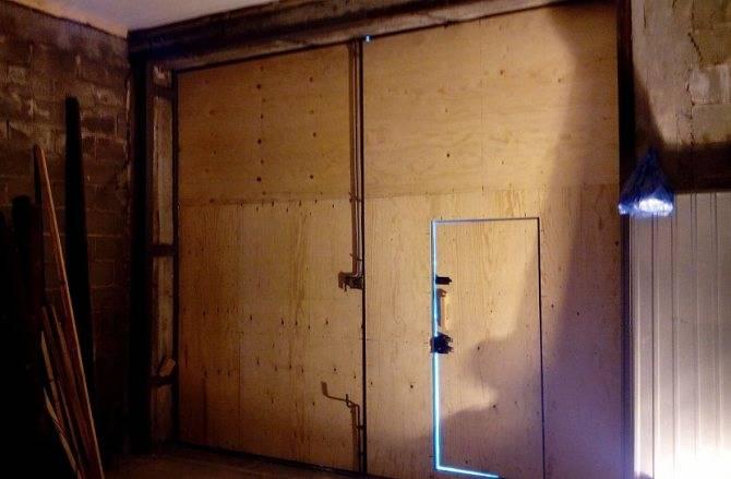 Как утепляют гаражные ворота изнутри своими руками: недостатки и преимущества разных способов утепления