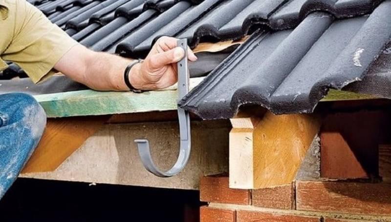 Как установить водостоки если крыша уже покрыта — возможные варианты крепления