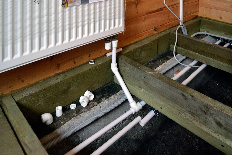 Прокладка труб отопления в частном доме: в стяжке пола, в стене, схема, способы и ремонт