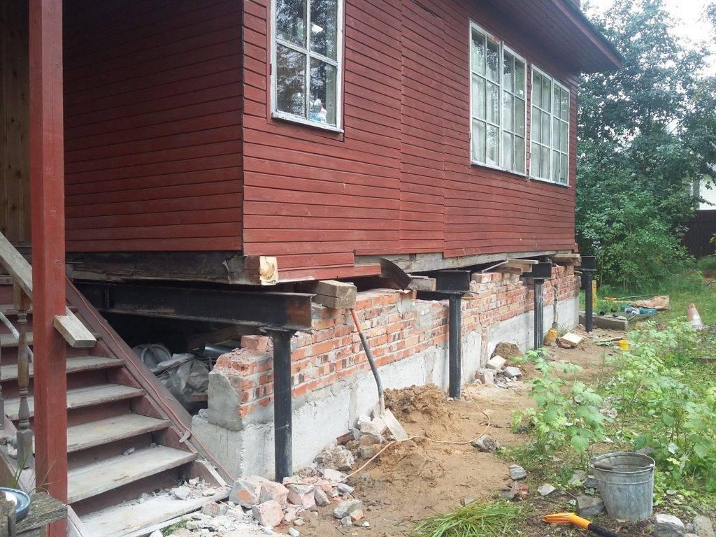 Как поднять дом на домкратах и залить фундамент