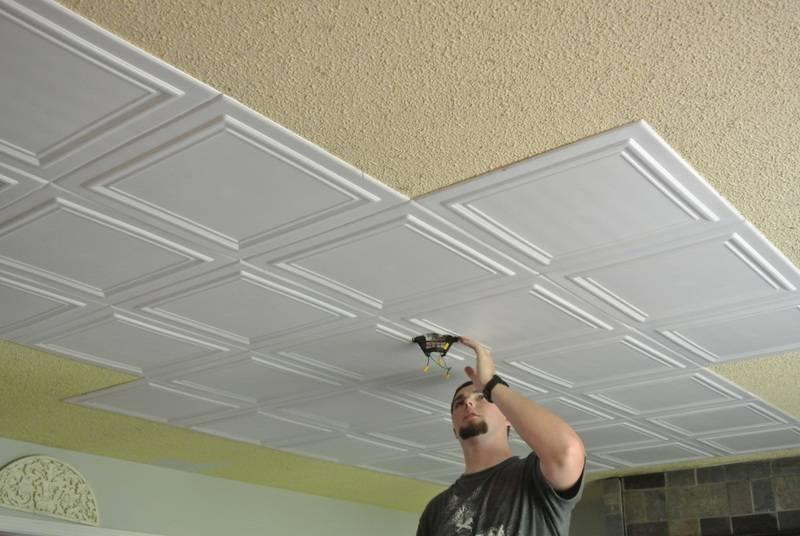 Колхоз или модный тренд: клеем плитку из пенопласта на потолок