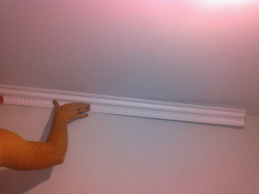 Какой потолочный плинтус выбрать к натяжному потолку