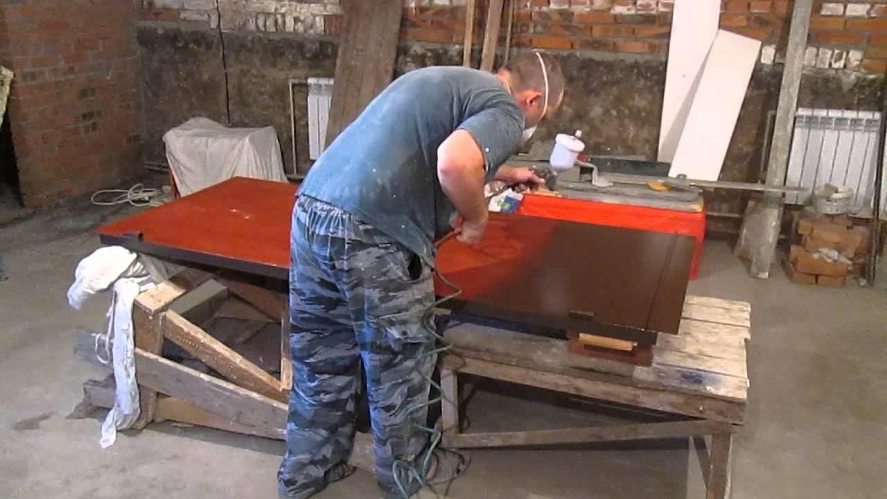 Как покрасить входную дверь металлическую (железную) и деревянную своими руками: можно ли изнутри и каким образом, и чем должна быть покрашена, чтобы не теряла цвет?