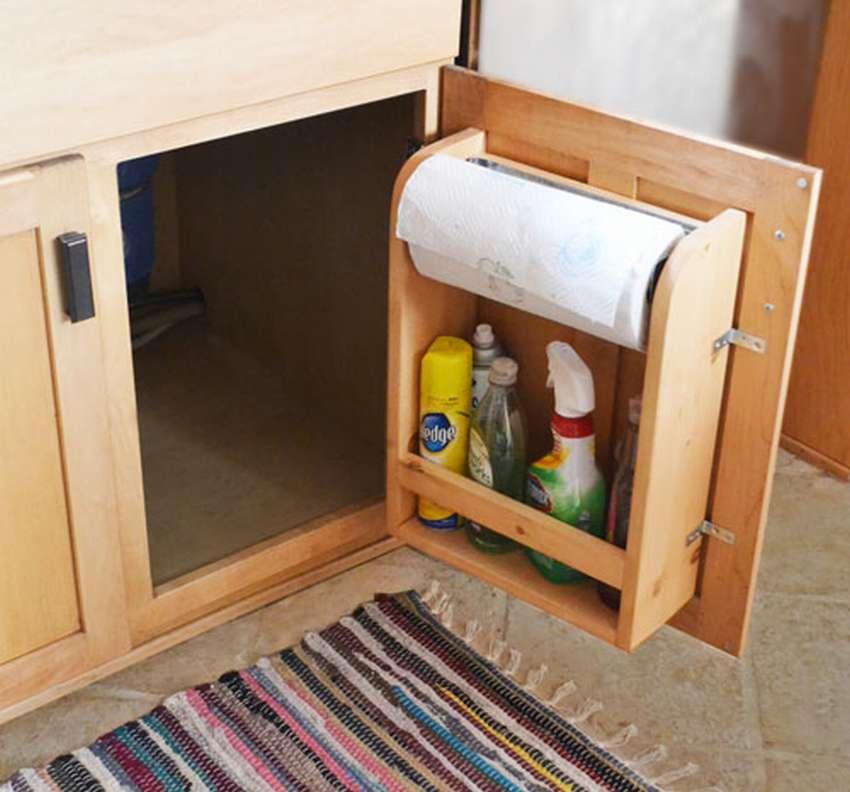Полка на двери шкафчика — экономим место на кухне