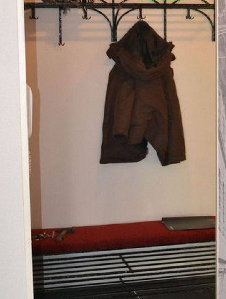 Вешалка напольная для одежды - обзор деревянных, металлических или на колесиках с описанием и ценой
