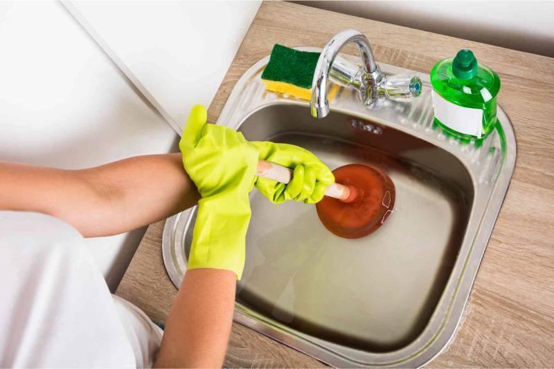 Как прочистить засор в раковине: 15 способов пробить в домашних условиях