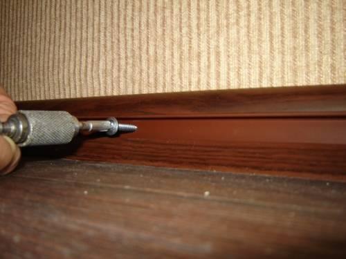 Правильная установка плинтусов, своими руками: пластикового напольного, деревянного, мдф, монтаж с кабель каналом к бетонной стене