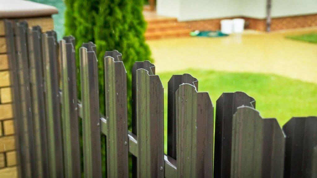 Забор из евроштакетника своими руками: пошаговая инструкция, виды, монтаж + фото