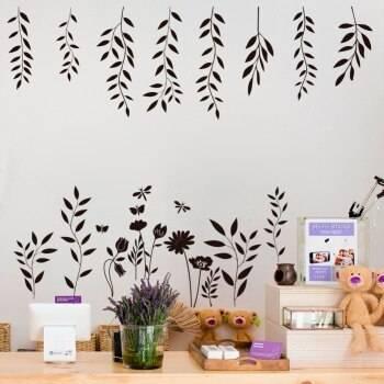 Наклейки на стены для квартиры: применяются ли большие декоративные наклейки в гостиной или коридоре, какие подобрать в спальню и прихожую, как клеить на мебель, дерево или обои
