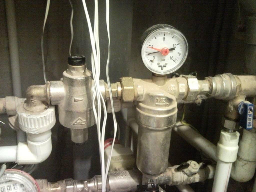 Давление воды в квартире многоквартирного дома: каким должно быть в норме для горячей и холодной h2o, согласно какому нормативу снип?