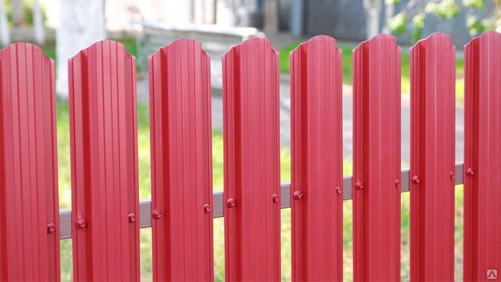 Строим надежный забор из евроштакетника своими руками— пошаговая инструкция