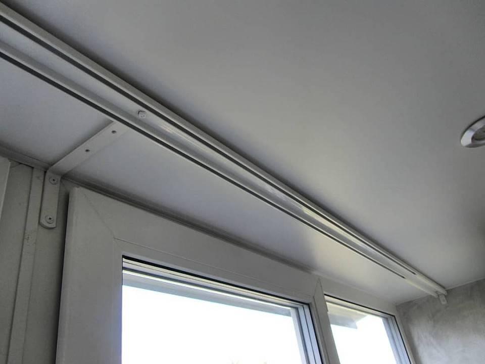 Как крепить карниз к потолку: можно ли повесить приспособление для штор на деревянную и как правильно установить на бетонную поверхность?