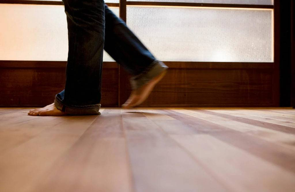 Что делать, если ламинат прогибается при ходьбе: как устранить проблему самостоятельно?