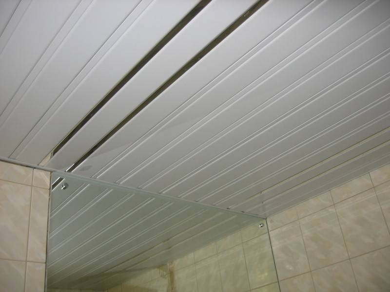 Какой потолок сделать в ванной комнате: какой лучше и почему (+ фото)