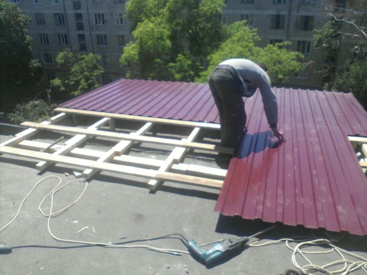 Как сделать односкатную крышу на гараже из профнастила своими руками