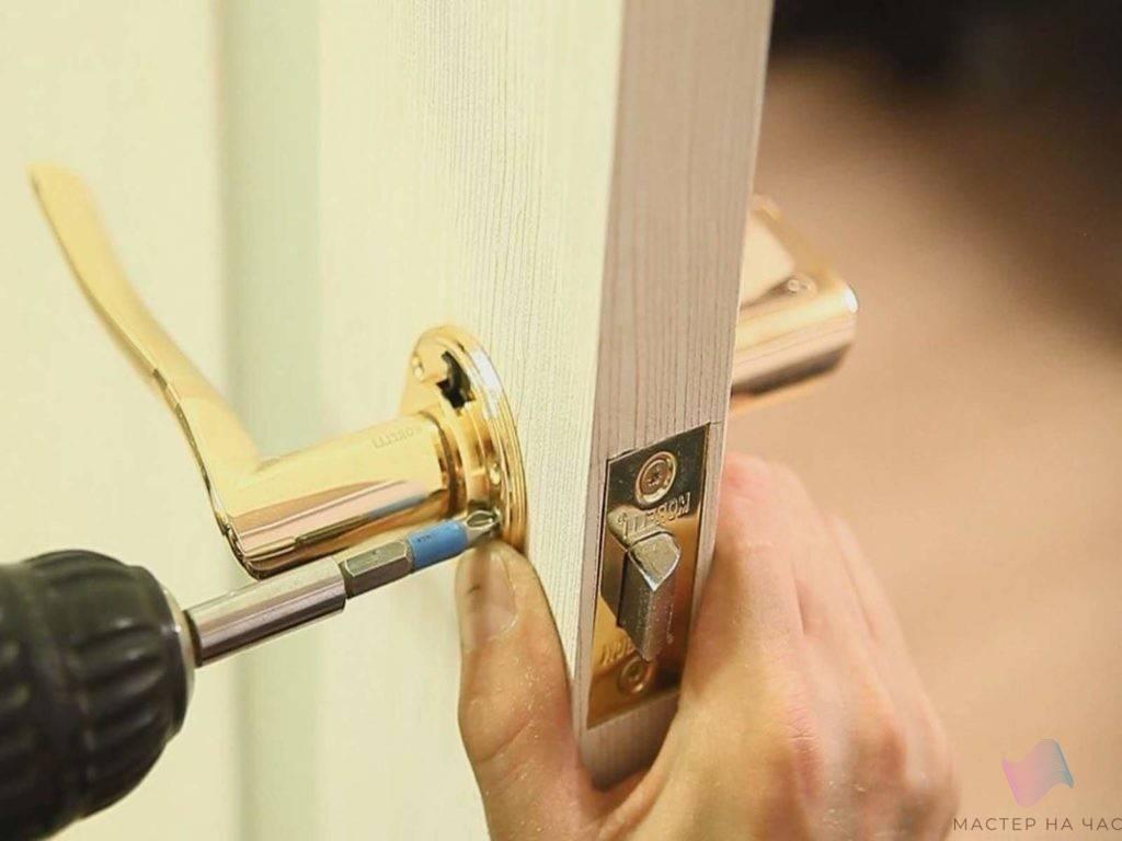 Как вставить стекло в межкомнатную дверь: подробная инструкция